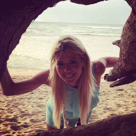 Tara Reid shows off her willowy figure during Thanksgiving ...
