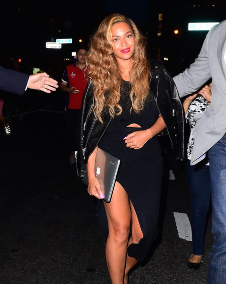 Beyonce carries her laptop again