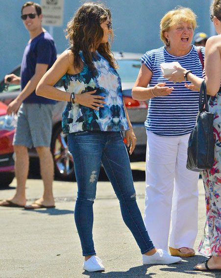 Pregnant Mila Kunis hides compact baby bump as she meets ...