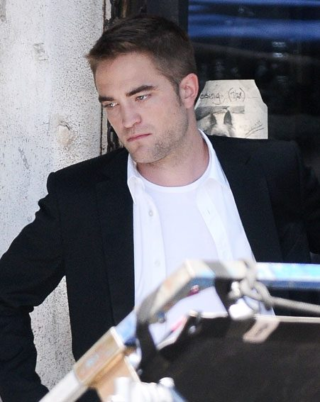 """rob pattinson and katy perrys flirty fun (getty images) robert pattinson and katy perry did not have a """"flirty dinner,"""" nor were they """"spotted kissing"""" as long as a certain website keeps pushing fake news stories about the pair, gossip cop will keeping debunking them."""