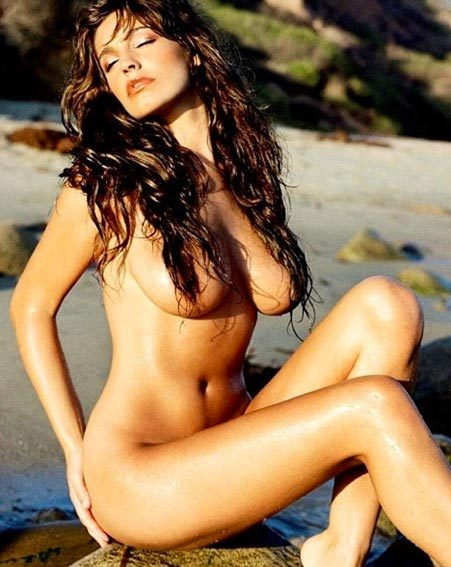 Kelly Brook shares completely naked snap
