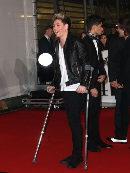 Niall Horan turned up on the BRIT Award 2014 red carpet on crutches